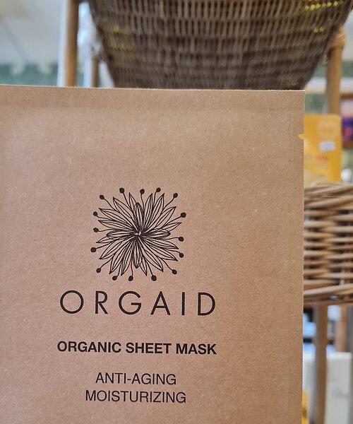 """En lättanvänd, ekologisk arkmask/sheetmask med aktiva ingredienser från naturen. Arket gör att de aktiva ingredienserna stannar kvar på huden längre och ger bättre effekt. Anti-Aging & Återfuktande som hjälper huden att motverka ålderstecken, irritation, och torrhet – lämnar huden len, återfuktad och återställd efter en lång dag. Speciellt formulerad med """"Ecoderma fabric technology"""" som tillåter serumet att absorberas djupare i huden."""