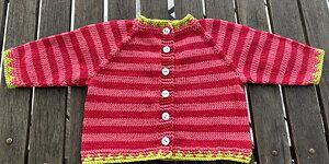 Sticka den fina babykoftan Lasse-Maja Stick-kit med garn och mönster till koftan. Finns i flera olika fina färgkombinationer!
