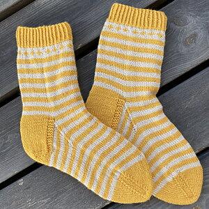 Sticka StrömmaSockan Lyxiga sockor i merinoull, polyamid och kashmir Stick-kit med garn och mönster