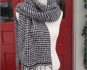 Sticka Svartvit sjal med ränder! 55 x 180 cm Beställ 8 nystan Bio Merino - 4 av varje färg. Vi bifogar mönster tillsammans med garnet. Dessutom behöver du stickor nr 4