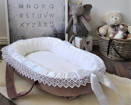 Designa ditt babynest Välj bland olika tyger, spetsar och band Välj storlek, madrass, knytband m.m